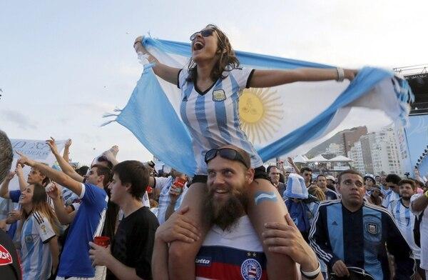 Aficionados argentinos celebran en Río de Janeiro. | EFE