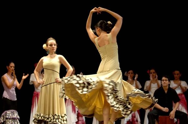 En grande. Bailarinas de flamenco de Al Andalus y cantantes líricos participarán en el concierto de los josefinos. Archivo