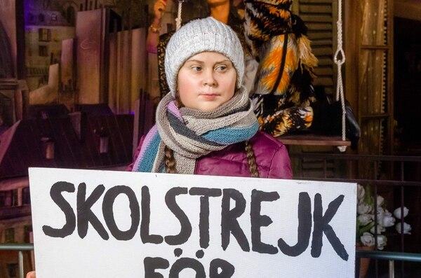 La imagen tomada el 29 de enero de 2020 muestra un detalle de una figura de cera y a la activista climática adolescente sueca Greta Thunberg, quien sostiene un cartel que dice