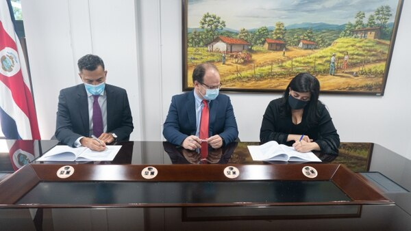 El presidente ejecutivo del BCIE, Dante Mossi (derecha); y los ministros Elian Villegas, de Hacienda, y Pilar Garrido, de Planificación, participaron en la firma del convenio de crédito. Foto: Cortesía
