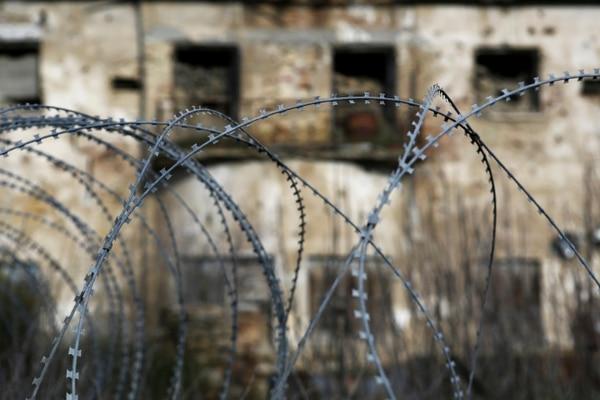 Alambradas frente a un edificio abandonado en la zona de amortiguamiento de la ONU, Línea Verde, que dividen dos sectores a Nicosia.