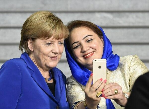 La canciller alemana Angela Merkel con la política afgana Shukria Barakzai