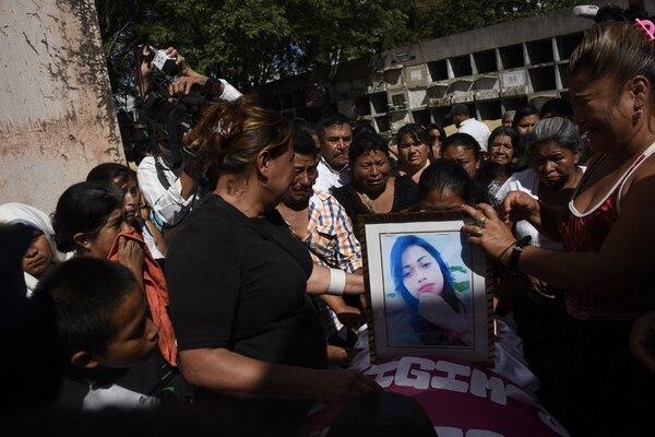 Guatemala hierve de ira sobre la situación que enfrenta su país después de la muerte de 40 niñas que protestaban por su libertad. Después del incendio, cientos marcharon demandando justicia para las niñas.