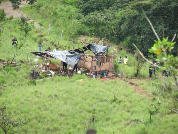 La Fuerza Pública reportó que unos 80 sujetos invadieron territorios indígenas de Salitre, quemaron ranchos y bloquearon con tierra el paso hacia la comunidad de Cebror. | ALFONSO QUESADA.