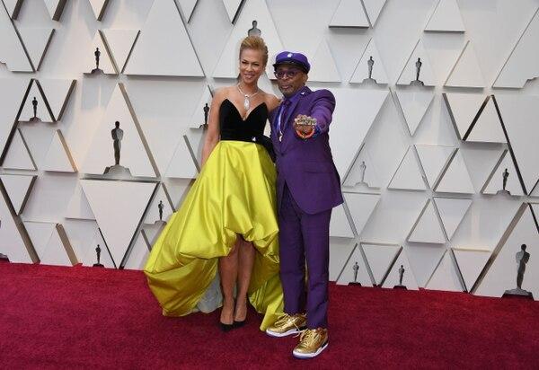 Spike Lee nominado a mejor director llegó a los premios Óscar con su esposa Tonya Lewis Lee. Fotografía: Mark RALSTON / AFP.