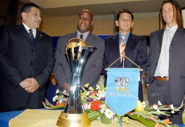 Hernán Medford, Rónald González y Víctor Cordero posan con el trofeo como tercer lugar del Mundial de Clubes, que ganó Saprissa en 2005. Los acompañó Mario Jiménez (izq.), exgerente comercial de la S.
