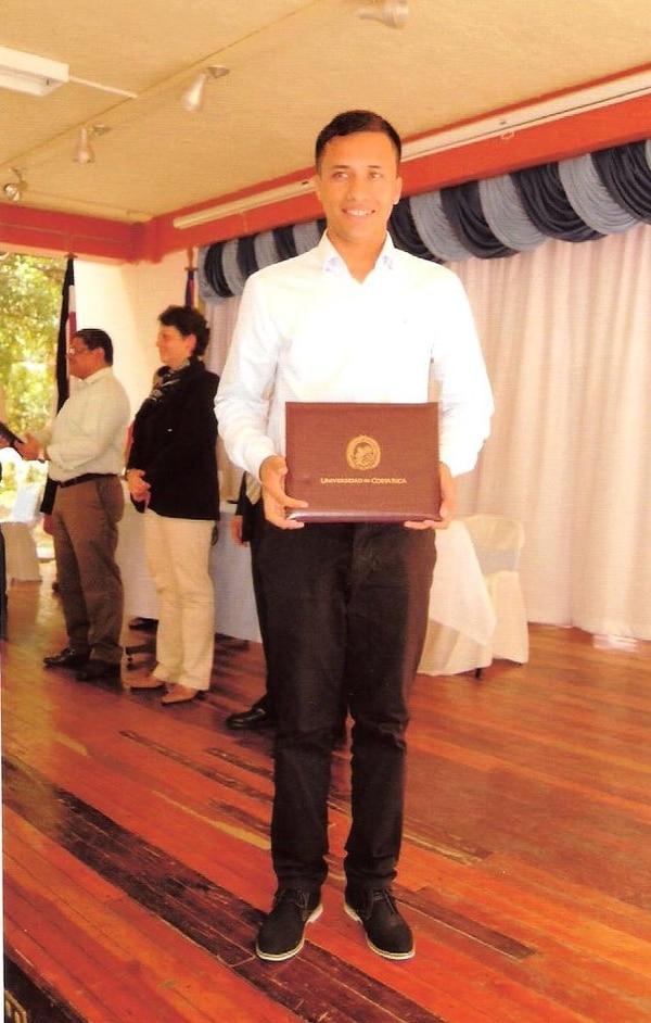 Carlos Martínez se graduó este miércoles en Informática Empresarial en la UCR.
