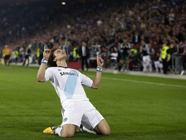 El brasileño David Luiz celebra la agónica anotación con la que el Chelsea venció 1-2 al Basilea en suelo suizo. Con el resultado, los ingleses se ponen arriba en la carrera hacia la final de la Liga de Europa. | EFE