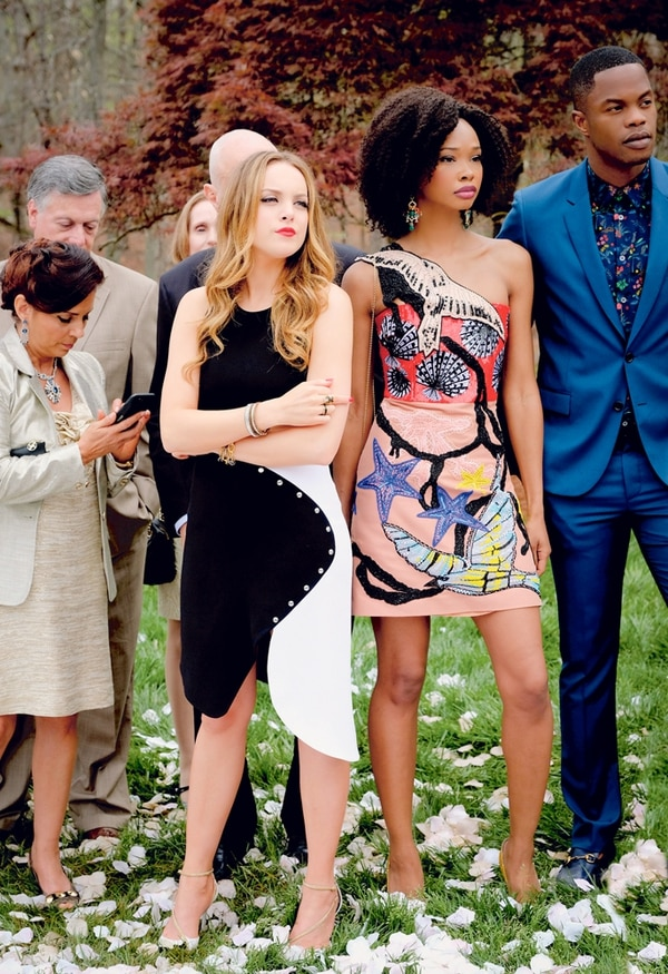 Rencor. A Fallon Carrington (izquierda) no le queda más remedio que aceptar la boda de su padre Blake con la asistente Cristal Flores. No le dará tregua hasta desenmascararla. Netflix.
