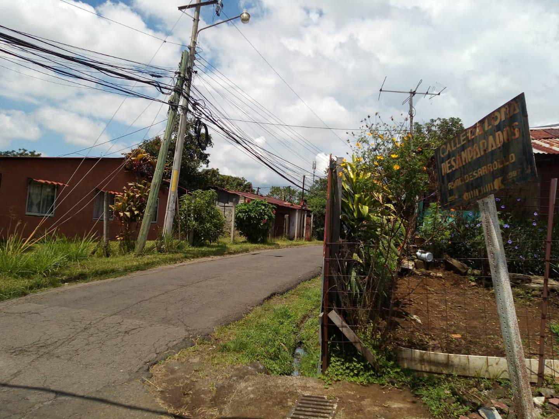 Los vecinos de calle La Loma en Desamparados de Alajuela afirmaron tener poca comunicación con quienes vivían en la casa baleada. Foto: Shirley Vásquez.
