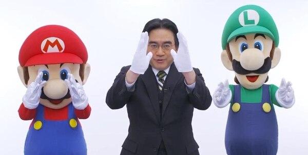 Satoru Iwata junto con Mario y Luigi