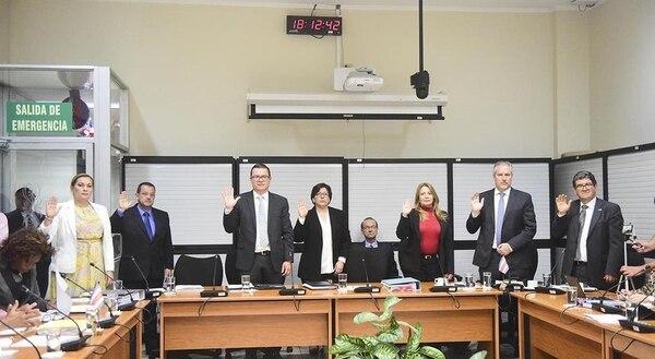 El Consejo de Gobierno decidió suspender a cinco directores del BCR que se negaron a renunciar a la Junta Directiva a solicitud del presidente Luis Guillermo Solís. Los sustitutos de los actuales directivos se anunciarán la semana entrante.
