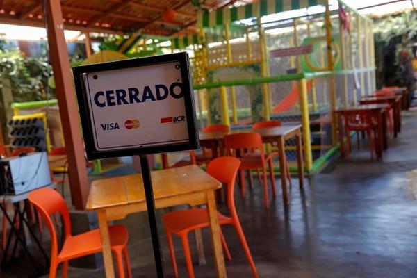El sector de hoteles y restaurantes perdió un 46% de los puestos que tenía hace un año. Imagen ilustrativa de local que estuvo cerrado al público por restricciones ante pandemia. Foto: Mayela López