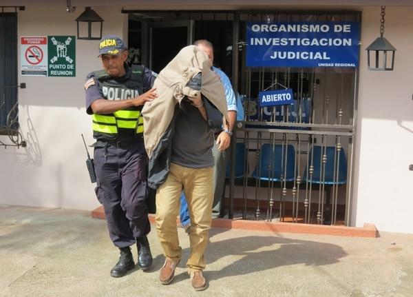 Somarribas, de 47 años, fue trasladado ayer de las oficinas del OIJ de Upala hacia la Fiscalía de esa localidad. | ÉDGAR CHINCHILLA.