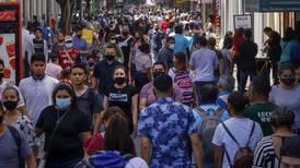 Ticos parecen olvidar la pandemia por corre corre navideño: insuficientes mascarillas, escasa distancia y abundantes tumultos
