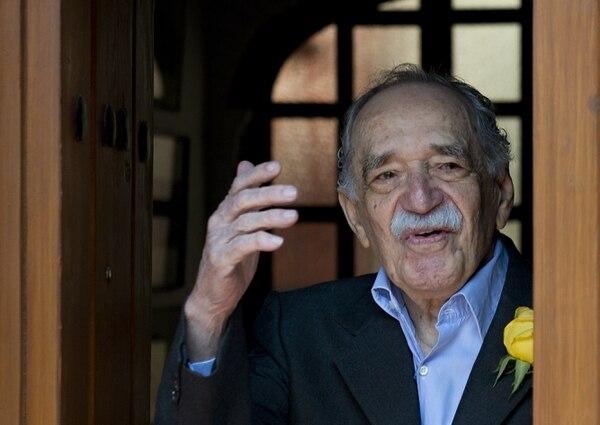 Gabriel García Márquez saluda en su último encuentro con la prensa, en México D. F., el 6 de marzo de este año, tras cumplir 87 años.