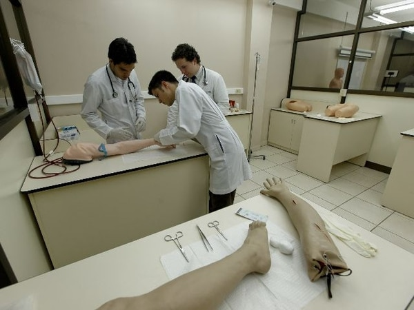 En su último año de estudio, los futuros médicos hacen internado en la Caja y práctica en laboratorios. | ARCHIVO