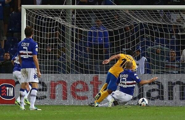 Carlos Tévez (10) anticipa a Gaetano Berardi (13) para marcar el único tanto en la victoria de la Juventus, 0-1, sobre la Sampdoria.   A´P