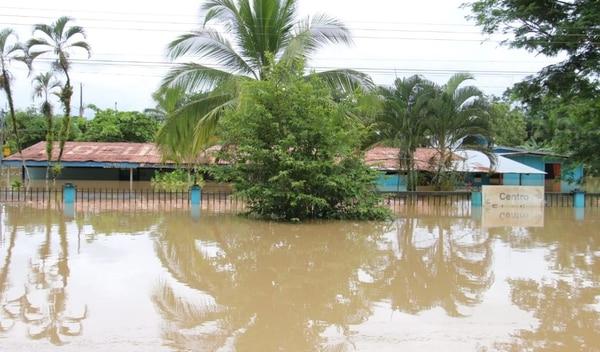 La escuela del poblado de B-Line de Matina es uno de los centros que sufrieron por el paso de la onda tropical. Foto suministada por Reiner Montero, corresponsal GN