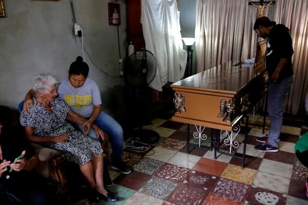 Familiares de Francisco Reyes lo velaban este jueves 31 de mayo del 2018 en su casa en Managua. Fue una de las víctimas fatales de la jornada del día anterior.