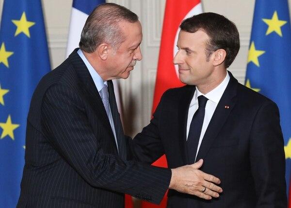 El presidente francés Emmanuel Macron (derecha) y el presidente turco Recep Tayyip Erdogan se saludan durante una conferencia de prensa conjunta el 5 de enero de 2018, en el Palacio del Elíseo en París.
