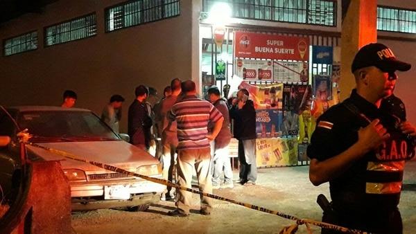 Al sitio llegaron varios allegados al comerciante, quien alegó legítima defensa. Foto: Keyna Calderón, corresponsal GN