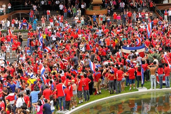 Los ticos celebran el victorioso debut de Costa Rica en el Mundial Brasil 2014.