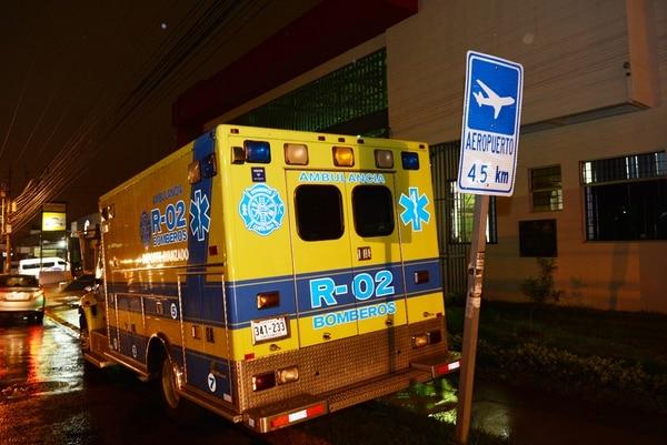 En esta ambulancia del Cuerpo de Bomberos fue trasladado el menor, bajo estricta vigilancia, hasta el centro médico. | CARLOS GONZÁLEZ