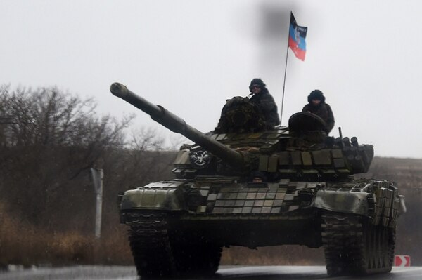 Combatientes separatistas prorrusos se desplazan a bordo de un tanque por una carretera en las proximidades de la ciudad de Donetsk, en la conflictiva región oriental de Ucrania que es foco de intensos combates.   AFP