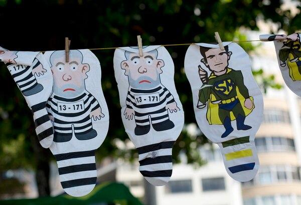 Inflables que aluden al expresidente Luiz Inácio Lula da Silva y al juez Sergio Moro (derecha) se exhibían durante una protesta contra corrupción en la playa de Copacabana, Río de Janiero.