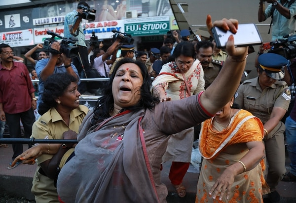 Policías intervinieron este miércoles 2 de enero del 2019 cuando miembros del grupo Sabarimala Karma Samithi intentanron interrumpir una celebración después de que dos mujeres ingresaron al templo de Sabarimala Ayyapa, en Kochi, India.