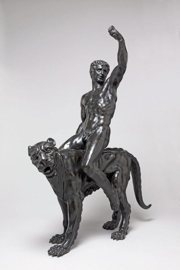 Las esculturas de bronce miden un metro de altura y muestran a dos hombres sobre unas panteras.
