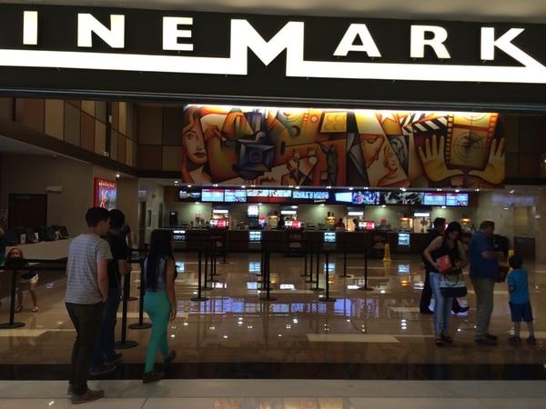En varios cines del país   VARIOS PADRES DE FAMILIA HABRÍAN MANIFESTADO SU MALESTAR, YA QUE NO PUDIERON ASISTIR CON SUS HIJOS MENORES A VER GUERRA CIVIL . ARCHIVO