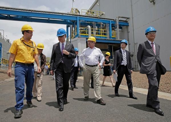 El presidente del ICE, Carlos Obregón (centro), recorrió la planta con el funcionario Lenín Céspedes, el embajador de Japón, Mamoru Shinohara y el exvicepresidente de Marubeni, Mamoru Sekiyama (der). | ALBERT MARÍN