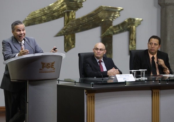 El plan de deuda o colocación de bonos para el segundo semestre de este año se presentó la tarde de este jueves 10 de agosto, en el Tirbunal Supremo de Elecciones. Róger Madrigal, director de la división económica del Banco Central (en el podio), también expuso sobre la revisión del programa macroeconómico.