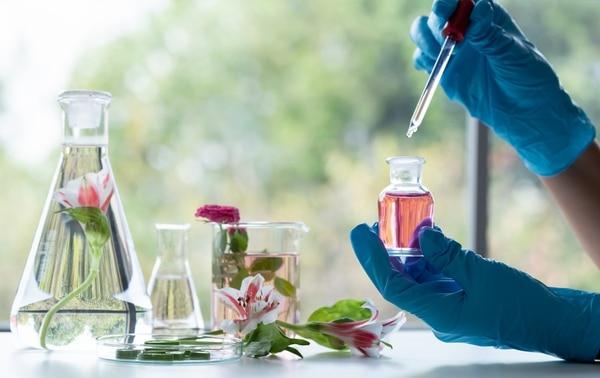 Detrás del perfume o colonia que usamos a diario hay mucha ciencia que apunta a jugar con nuestro olfato. Fotografía: Shutterstock