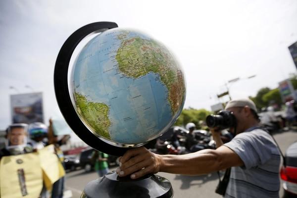 Muchos países del mundo celebran este miércoles el Día de la Tierra. En la imagen, un fotógrafo realiza una instantánea de un globo terráqueo como parte de las celebraciones en Banda Aceh, en Indonesia. Costa Rica se suma al festejo con varias actividades ambientales.