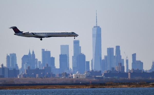 IATA prevé que las pérdidas de las aerolíneas, durante este año, se acerquen a los $100.000 millones en lugar de los $87.000 millones anunciados anteriormente. Una aeronave aterriza en Nueva York, EE. UU. Foto: AFP.