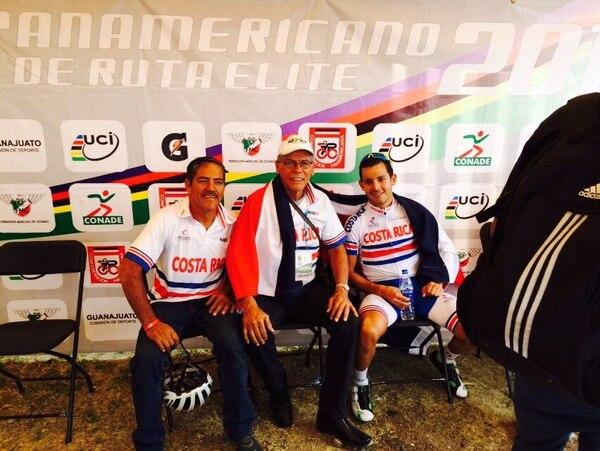 El mecánico Isaac Chaves, el presidente de la Fecoci Héctor Campos y el medallista de plata del Panamericano, Josué González.