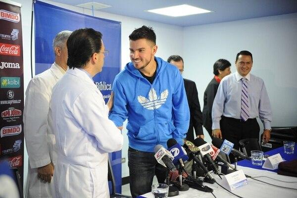 Gabriel Badilla (de celeste) agradeció al cirujano Ellito Garita, tras la operación que le realizaron. | EYLEEN VARGAS