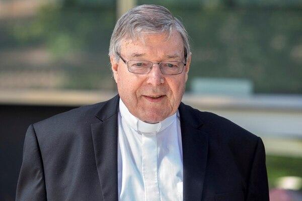 El cardenal George Pell, el clérigo católico más veterano en enfrentar cargos por agresión sexual, sale de una corte australiana, el 10 de diciembre del 2018. Foto: AP
