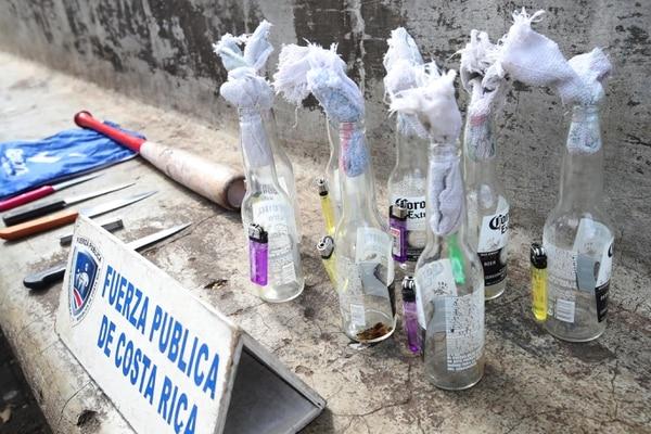 38 costarricenses fueron detenidos este sábado por portar bombas tipo molotov en una manifestación contra nicaragüenses. FOTO: Graciela Solís.