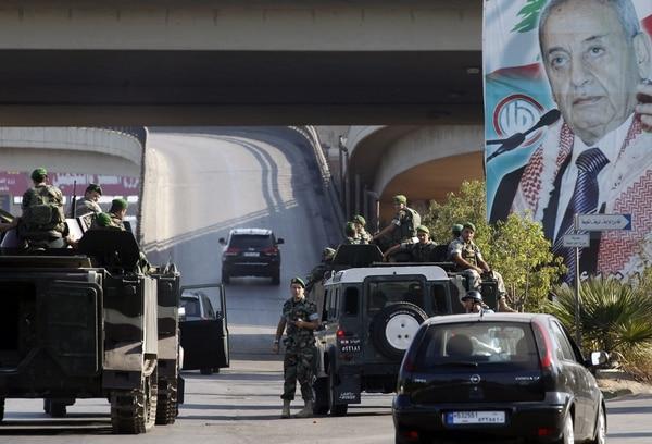 Tropas del ejército libanés patrullan la autopista del aeropuerto tras el secuestro de dos pilotos que trabajan para Turkish Airlines.
