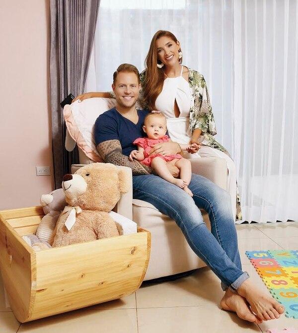 Literalmente, de revista: Mauricio Hoffman, su esposa Éricka Morera y la bebé de ambos, Zoé. Foto: Albert Marín/Grupo Nación