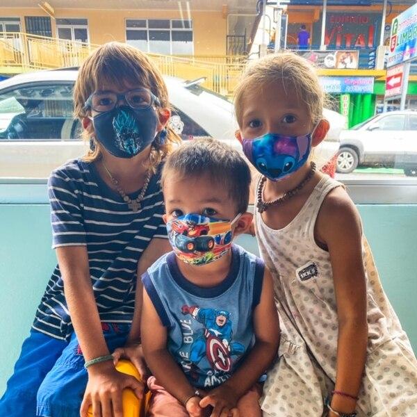 Tao, Erik y Dhara han conocido niños a lo largo del continente que se han convertido en sus amigos y Costa Rica no ha sido la excepción Foto: Los Mundo para LN.