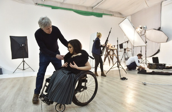 Alexandra Kutas ha estado en una silla de ruedas desde su nacimiento. Ahora trabaja como modelo en Ucrania. / AFP