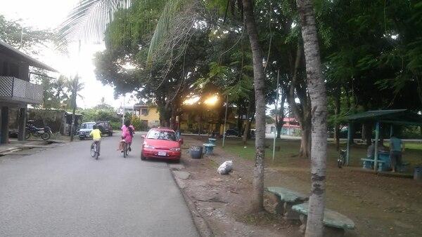 A las 5 p. m. de este jueves varios niños andaban en bicicleta y jugaban en el parque de Palmar Norte de Osa, donde el día estuivo nublado, pero sin lluvias.