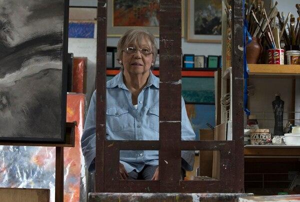 En el segundo piso de su casa en barrio Amón, Lola Fernández no para de pintar y hacer las obras que quiere.
