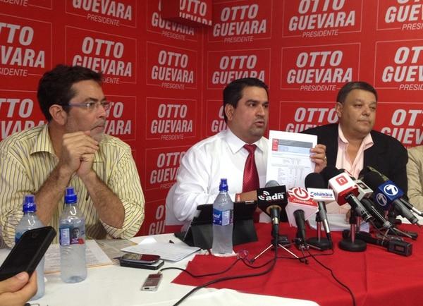 Arturo Acosta, Danilo Cubero y Carlos Herrera, dirigentes del Libertario, dijeron que su partido pagó ¢9 millones por la encuesta. | ESTEBAN OVIEDO