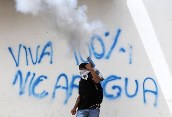 Un opositor disparó un mortero artesanal durante una marcha en Masaya, este viernes 29 de junio del 2018, para exigir la renuncia del presidente Daniel Ortega.